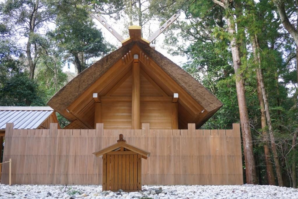 Shinmei-zukuri thatched roof.